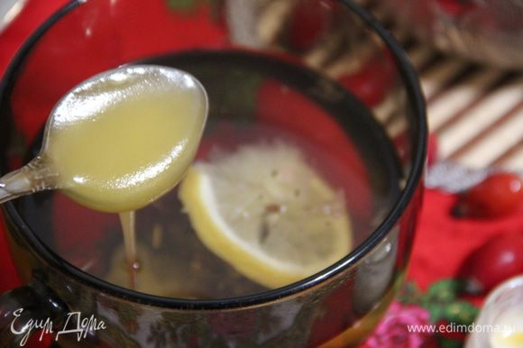 Разлив напиток по чашкам, добавьте в него мед по вкусу. Вместо меда также можно использовать домашнее абрикосовое варенье, оно отлично сочетается со зверобоем и чабрецом.