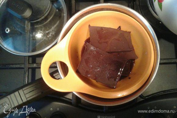 Нагрейте духовку до 180°С. Растопите шоколад с 1 ст. л. растворимого кофе и 60 мл воды. Хорошенько размешайте.