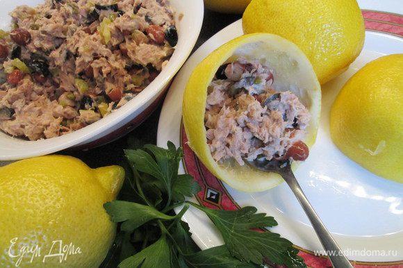 Раскладываем салат в подготовленные половинки лимонов.