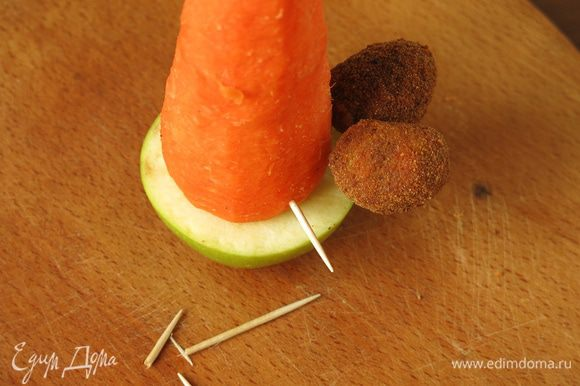 Вставляем в морковь зубочистки, кусочки 2/3 острием наружу, надеваем оливки.