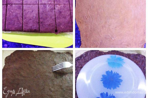 После охлаждения пласт теста я разделила на 12 равных частей. Каждый кусочек теста раскатывала на припыленной мукой рабочей поверхности в очень тонкий пласт так, чтобы потом можно было вырезать круг диаметром 25 см и остались обрезки, которые потом использовала в виде крошки для присыпки торта. Застелить противень пекарской бумагой и перенести корж, наколоть часто вилкой, чтобы не вздувался. Выпекать коржи при температуре 180°С минуты 4 (следим за своей духовкой). Готовый еще горячий корж сразу обрезаем по тарелке/дно разъемной формы.