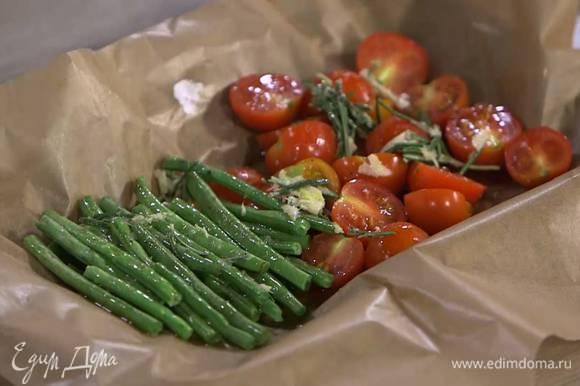 Небольшой противень выстелить бумагой для выпечки, выложить помидоры и фасоль, слегка полить оливковым маслом, посолить и поперчить, сверху разложить растертый чеснок с розмарином и запекать под разогретым грилем 5‒7 минут.