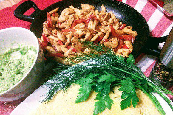Подавать фахитос принято прямо в сковороде. Отдельно в специальных плетеных корзинках подают лепешки. Также на стол выставляют и несколько соусов, среди которых обязательно есть гуакамоле. Для него нужно растолочь спелые авокадо, полить соком лайма, посолить и поперчить по вкусу.
