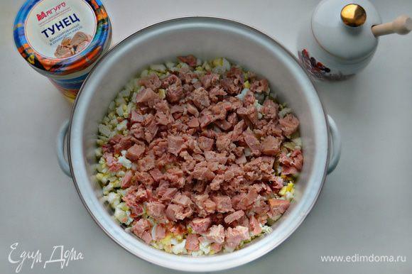 Поместите все ингредиенты для начинки в миску, добавьте порезанный на небольшие кусочки тунец, слегка подсолите, поперчите, добавьте щепотку сушеного укропа и хорошо перемешайте.