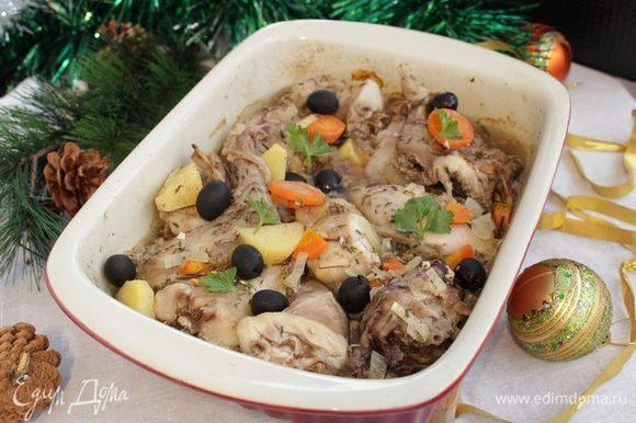 Разогреть духовку до 190°С, форму накрыть фольгой. Запекать 40 минут. Затем увеличить нагрев до 220°С и запекать без фольги еще 20 минут. Добавить маслины.