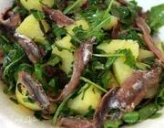Теплый салат из картофеля, руколы и анчоусов