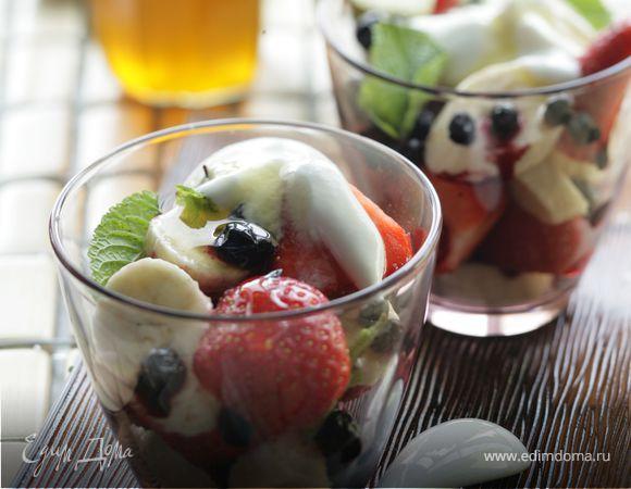 Фруктовый салат с медовым йогуртом