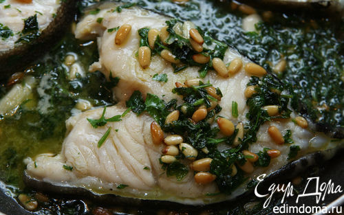 Рецепт Белая рыба, томленная в белом вине с кедровыми орешками и петрушкой