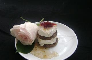 Рецепт Закуска с козьим сыром и вареньем из розы