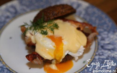 Рецепт Булочка с яйцом пашот и беконом под соусом голландес