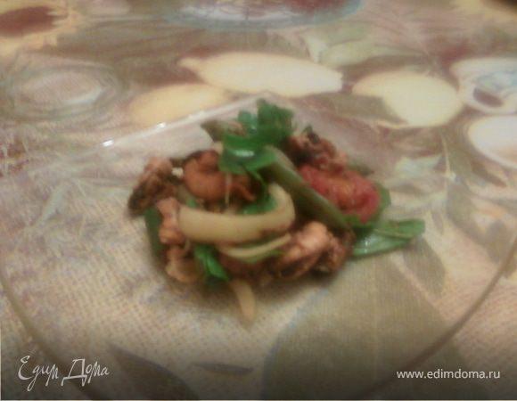 Теплый салат с мидиямии, руколой и овощами гриль