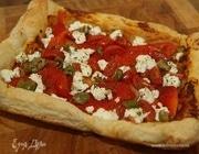 Открытый пирог с творогом, перцем и помидорами черри