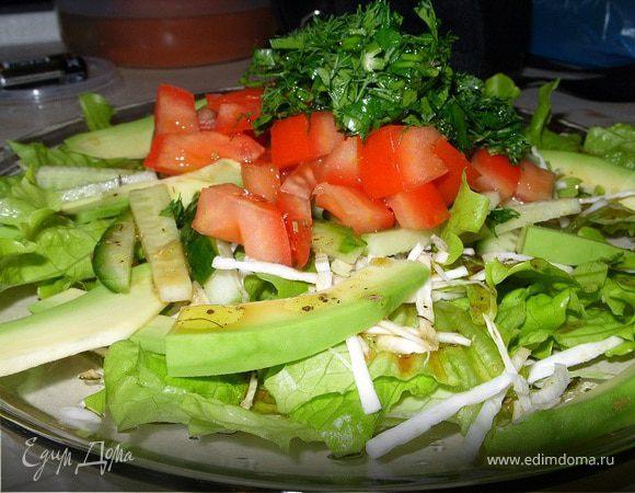 Овощной салат с авокадо и сельдереем