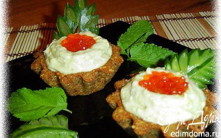 Рецепт Тарталетки из ржаного хлеба с кремом из авокадо с сельдью