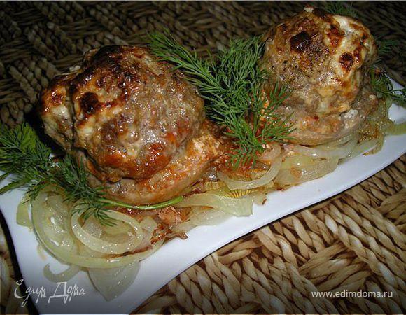 Шляпки шампиньонов, фаршированные мясом и перепелиными яйцами.