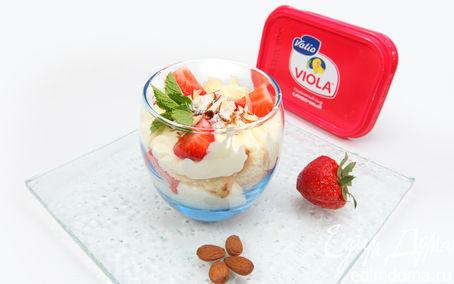 Рецепт Клубничный десерт с бисквитом и миндальной крошкой