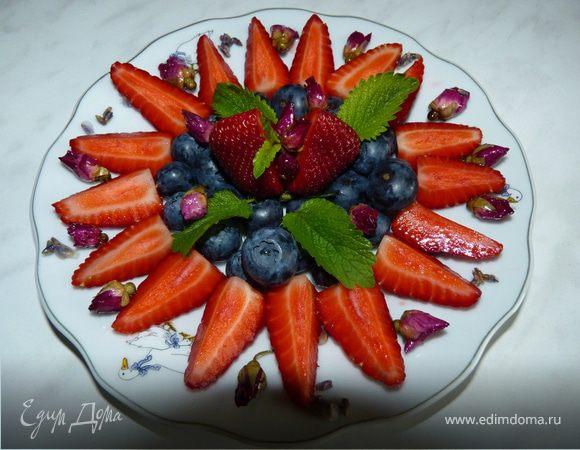 Чай и фруктовый салат с засахаренными цветами