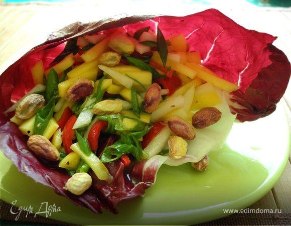 Салат из груши и манго с фисташками