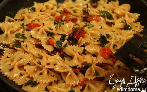 Рецепт Макароны-бантики с петрушкой, кедровыми орешками и белым вином