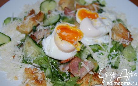 Рецепт Теплый салат из хлеба, хрустящей копченой грудинки и яйца-пашот по рецепту Джейми Оливера