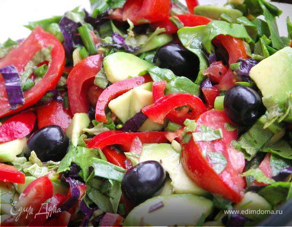 Салат из помидоров,шпината,перца и авокадо с ароматными травами.