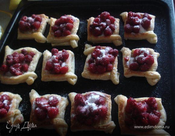 Пирожки из слоеного теста со свежей малиной