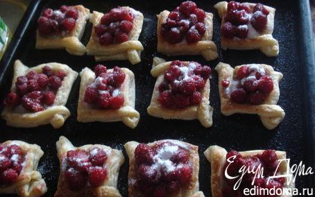 Рецепт Пирожки из слоеного теста со свежей малиной