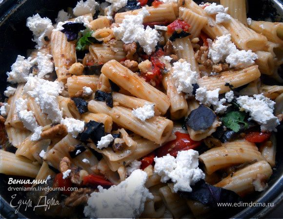 Паста с баклажанами, фетой и грецкими орехами