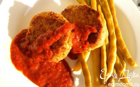 Рецепт Сочные рыбные биточки со спаржевой фасолью и соусом из сладкого перца.