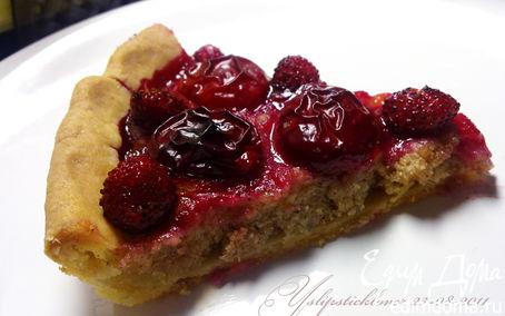 Рецепт Пирог с марципаном, сливами и земляникой