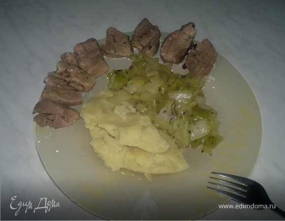 Деревенский обед ( картофельное пюре с травами и чесноком + тушеная капуста и отварное бедро индейки )