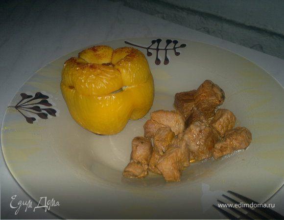 Печеные фаршированные перцы и свинина с испанскими пряностями.
