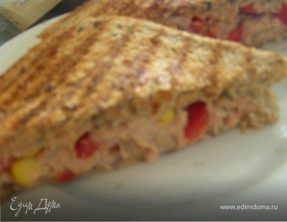 Сэндвич-гриль с тунцом, кукурузой и сладким перцем