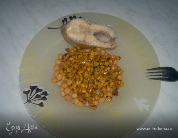 Отварной форель с нутом и кукурузой.