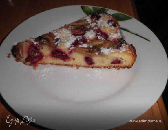 Бисквитный пирог с вишнями и бананами
