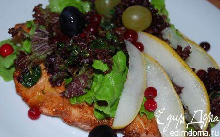 Рецепт Воскресный ужин. Салат с грушей и жареной семгой