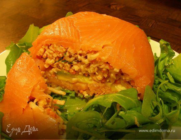 Закусочный шар из копченого лосося с крабовым мясом, авокадо и чили