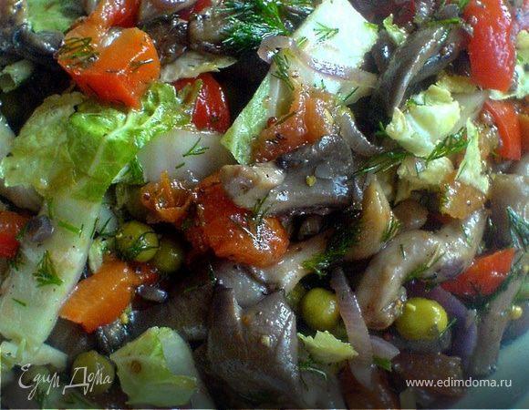 Тёплый салат с вешенками и пекинской капустой