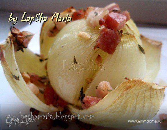 Запеченный лук с грудинкой, тимьяном и чесноком
