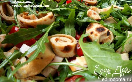 Рецепт Салат с руколой, копченой куриной грудкой и ржаными блинчиками
