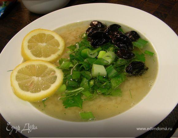 Легкий греческий суп с рисом, маслинами и зеленью