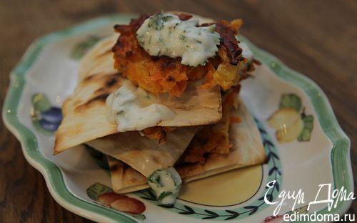 Рецепт Морковные оладьи на хрустящих крекерах с йогуртовым соусом