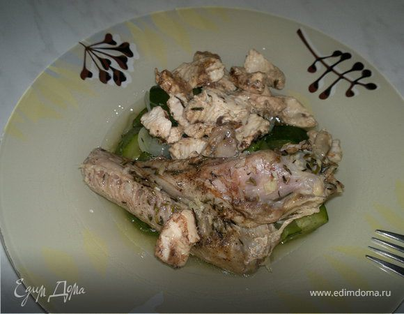 Утиное крыло и грудка индейки в горшке и цукини с луком