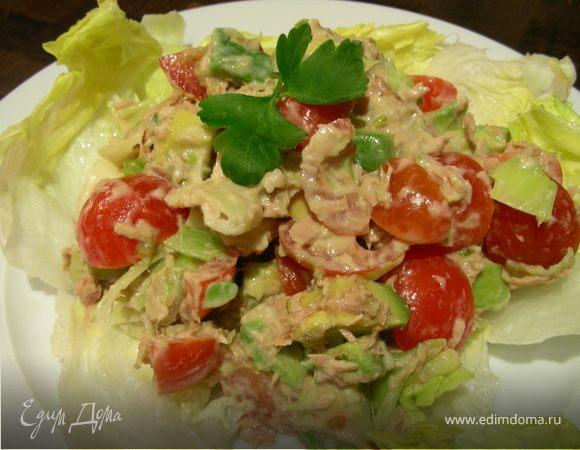 Легкий салат с тунцом, авокадо и луком-пореем