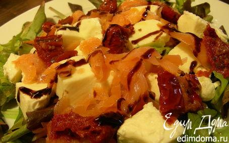 Рецепт Салат из копченого лосося, моцареллы и вяленых томатов
