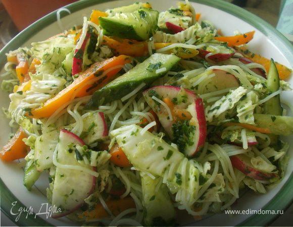 Салат с лапшой и шпинатной заправкой