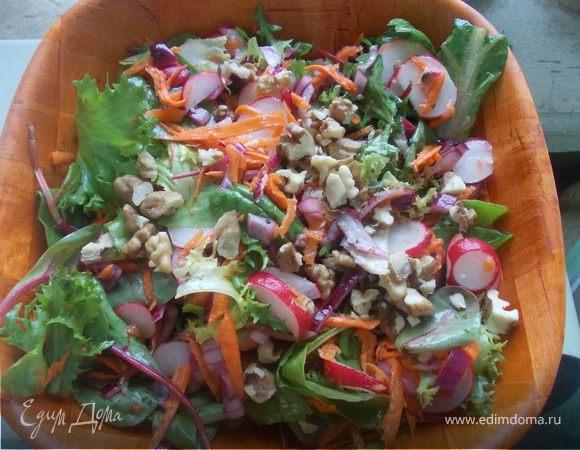 Зеленый салат с редисом и морковью