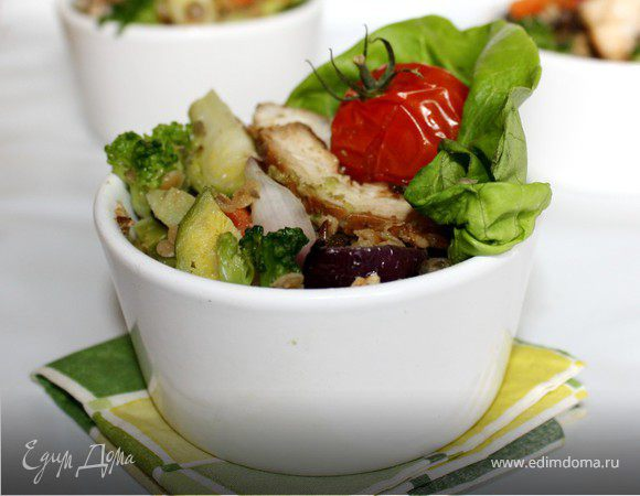 "Тёплый салат из чечевицы с соусом ""Гуакамоле"""