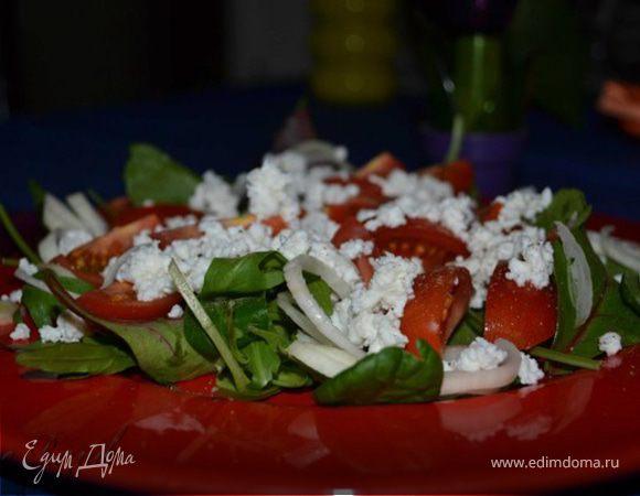 Зеленый салат с помидорами черри и рикоттой