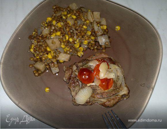 Стейк из бараньей шеи, запечённый в горшке и чечевица с кукурузой, сельдереем и чесноком